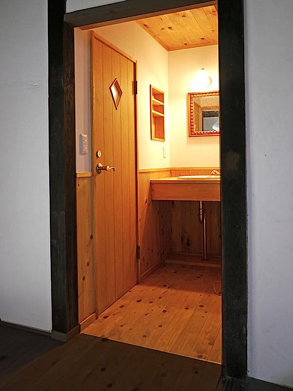 フェイクな板張風ドア
