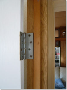 の丁番や取っ手を利用してドアを取り付ける